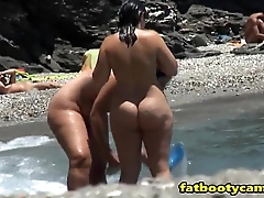 Big Butts on Nude Beach - fatbootycams.com