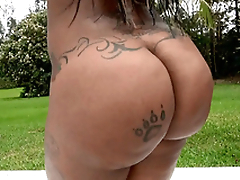 Diamond Monroe showing off her 46 cringe ass outdoor