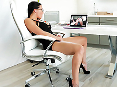 Secretary Rachel Starr masturbates while watching XXX clip at work